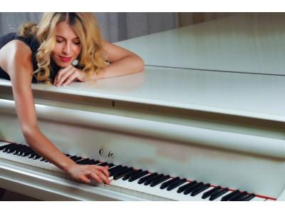 Irina Razumtseva pianist/singing pianist